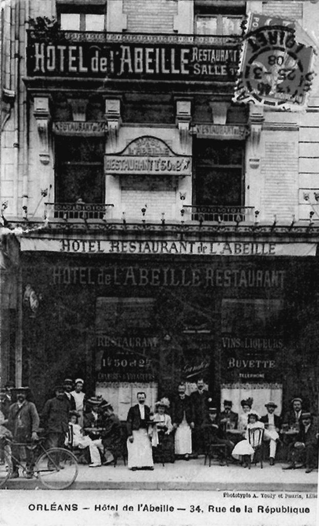 Ancienne carte postale d'une photographie de l'Hotel de l'Abeille à Orléans