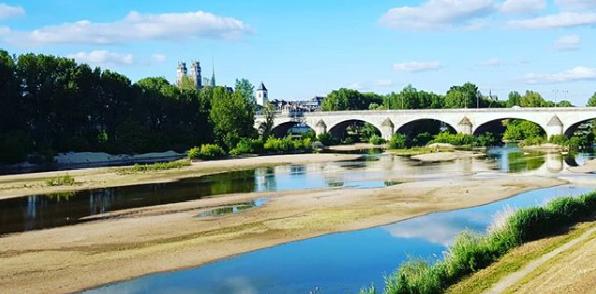 Photographie de la Loire, le fleuve traversant Orléans