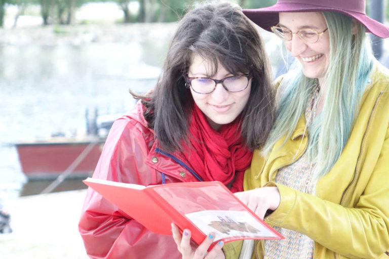 Un groupe découvre le début du jeu de piste à Orléans